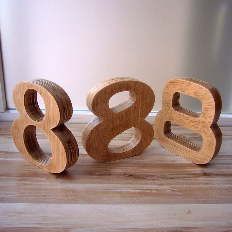 letras de madera maciza oscurecida