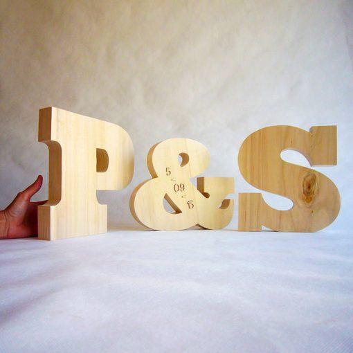 iniciales parejas de madera personalizadas