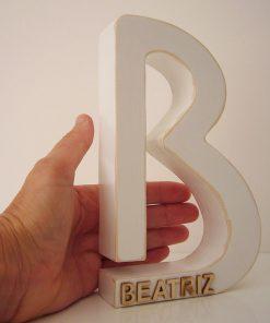 letra b con nombre en relieve beatriz