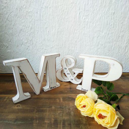 letras blanco sobre madera
