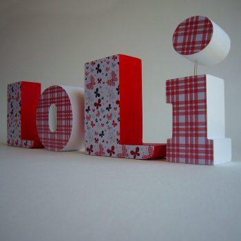 loli-roja-blanca-madera