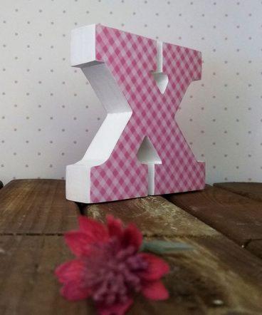 letra x con cuadritos rosas