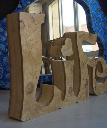 palabra life en madera hecho a mano