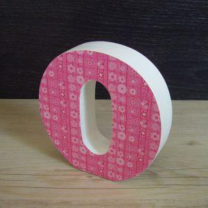 letra o decorada con flores rosas