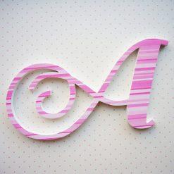 letra A de madera con rayas rosas