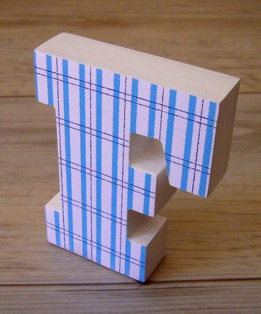 letra f blanca con cuadritos azules