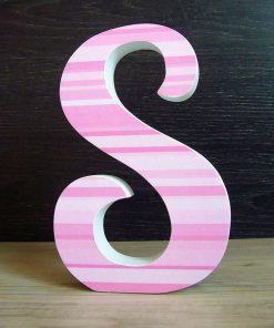 Letra S de madera con rayas rosas