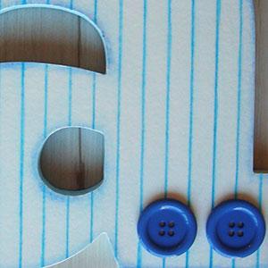 letra a decorada con rayas y botones