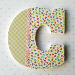 letra c decorarada con cuadritos y flores