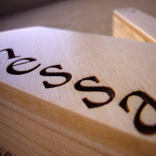letra v de madera con el nombre de vanessa