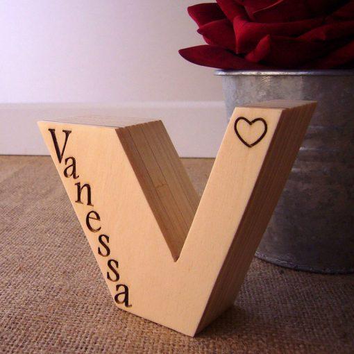 letra v de madera con nombre vanessa