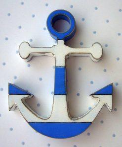 pequeñas anclas de madera con rayas azul y blanco