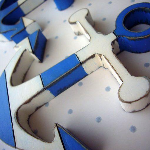 anclas de madera en azul y blanco