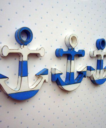 anclas pequeñas de madera en blanco y azul