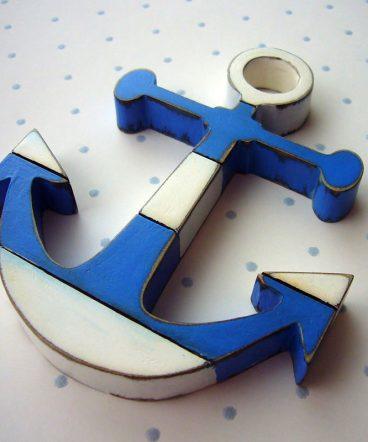 anclas de madera en blanco y azul decorativas