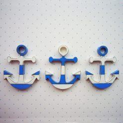 anclas de madera con rayas en blanco y azul