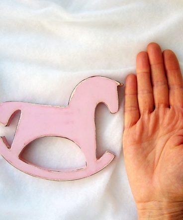 caballito balancin silueta rosa desgastado