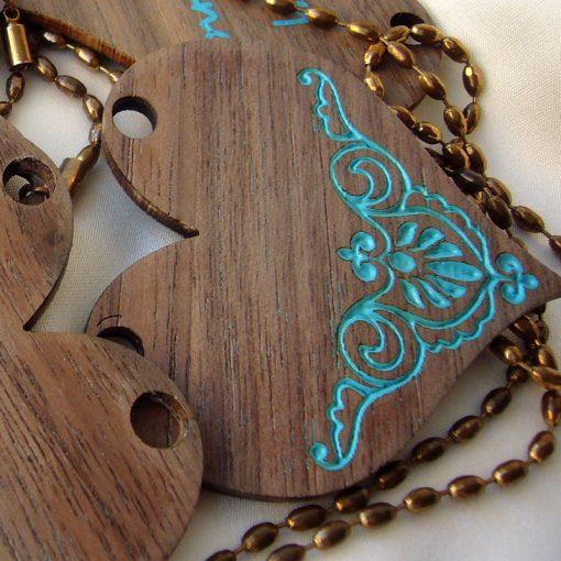 corazones de nogal como colgante de madera de nogal