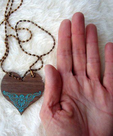 corazones de madera de nogal para colgar