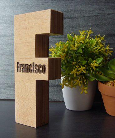 letra f grabada el nombe de Francisco