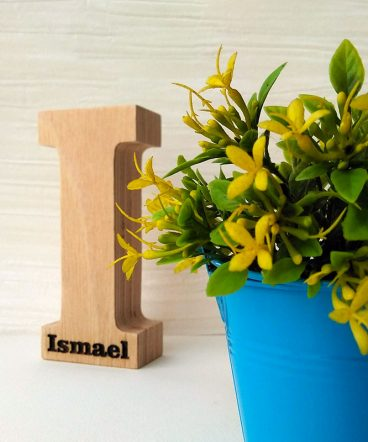 letra i de madera grabada con Ismael
