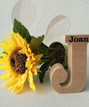 nombre joan grabado en J de madera