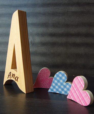 Letra a grabada con el nombre de ana ehcha en madera