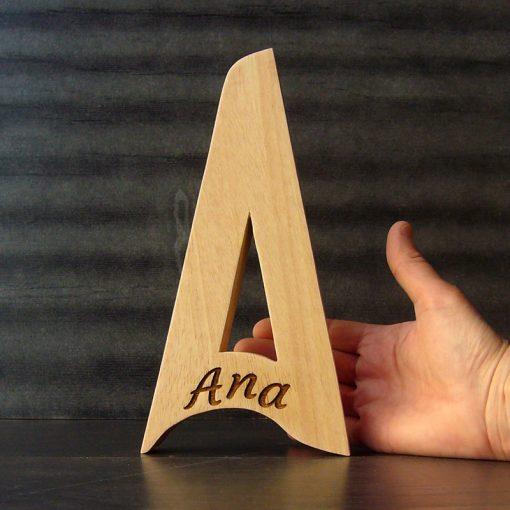 Letra A grabada con el nombre de Ana