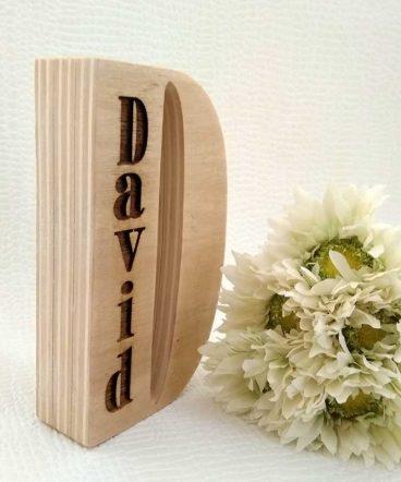 david grabado en letra d de madera