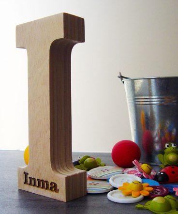 letra I de madera con nombre