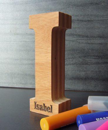 letra i de madera con el nombre de isabel