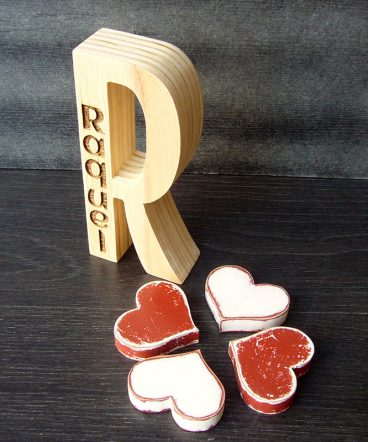 r de madera hecha a mano