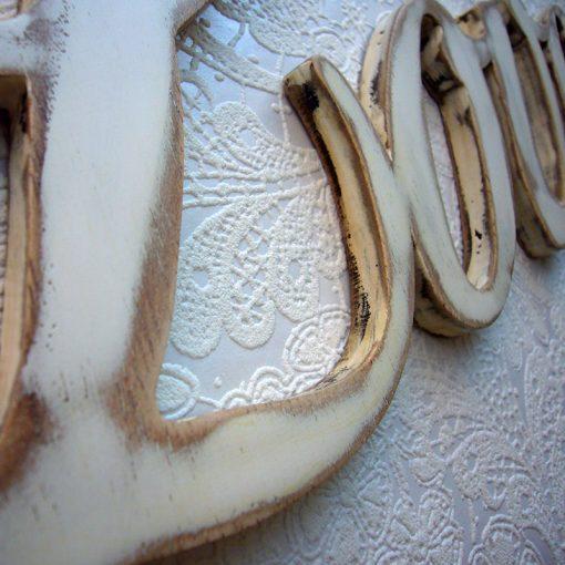 detalle de la palabra love en madera