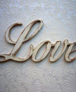 love-en madera oscura pintado de blanco desgastado