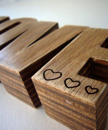 love de madera maciza grabado con corazoncitos