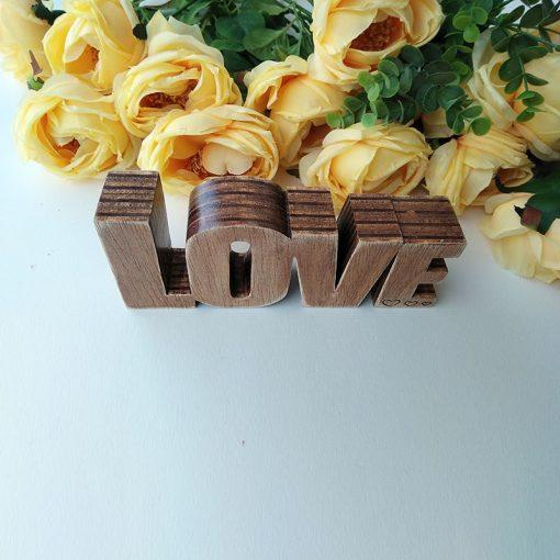 love pequeño de madera oscurecida
