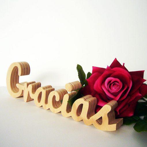 Gracias de madera y rosas rojas