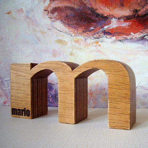 M de Mario hecha en madera