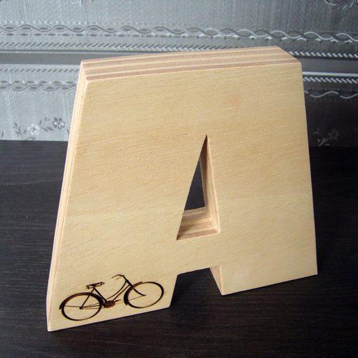 Letra A grabada con bici