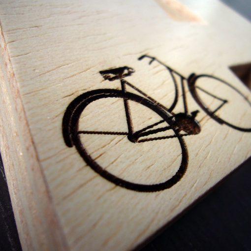 Letra A grabada con bici hecha de madera