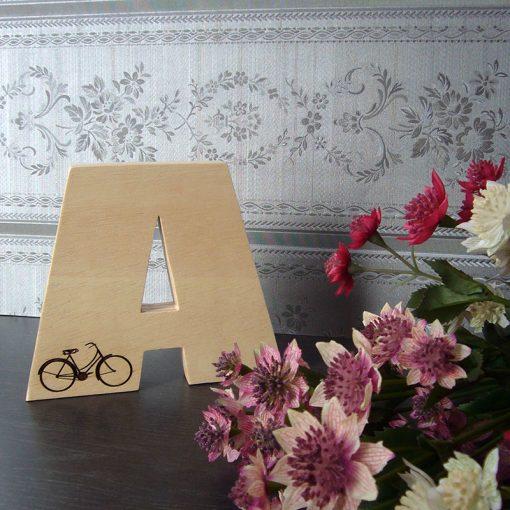 Letra A grabada con bici hecha en madera