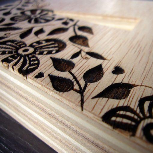 letra de madera grabada