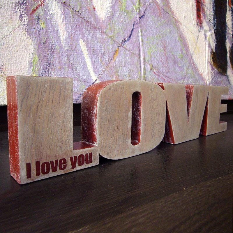 love de madera con frase en rojo
