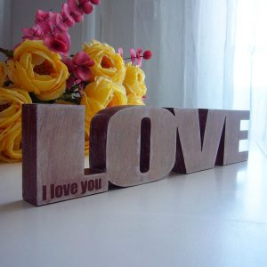 Love de madera maciza decorada
