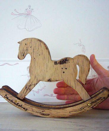 cabllito balancin de madera decorativo