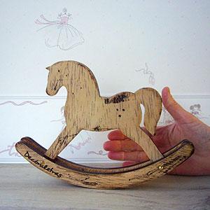 caballito-balancin-decorativo Siluetas y figuras infantiles artesanales Uncategorized