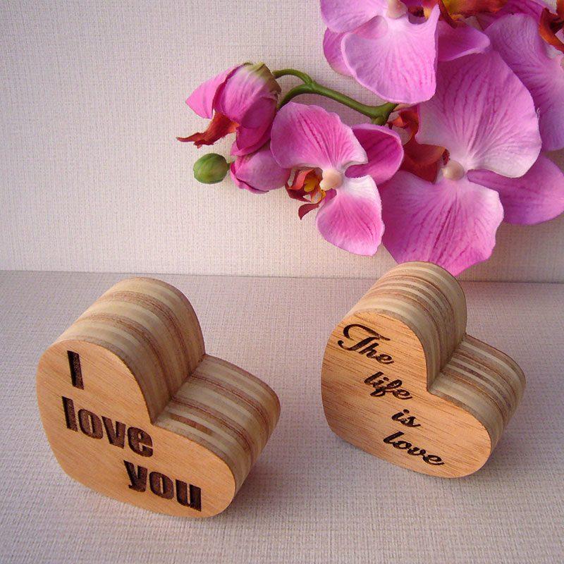 corazones artesanos de madera grabados
