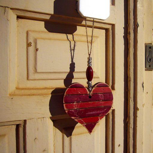 corazones vintage en tonos rojos hechos de madera