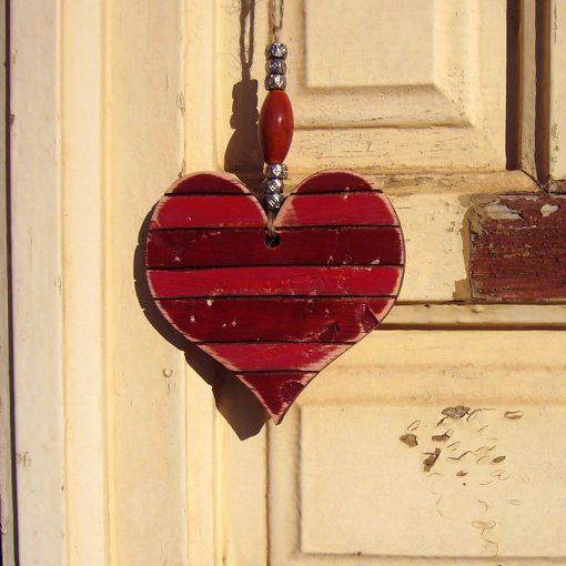 corazones vintage de madera en tonos rojos