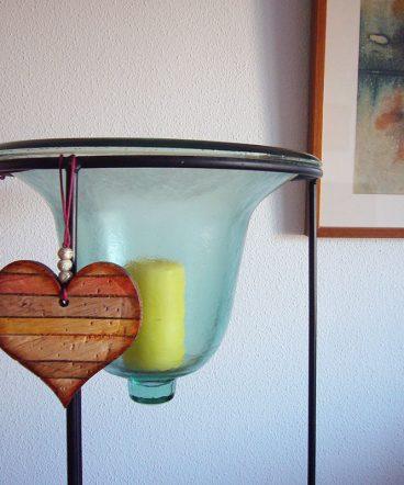 corazones envejecidos decorativos en madera